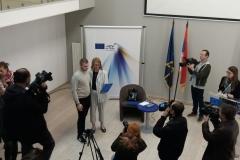 Dodela-diploma-u-EU-info-pointu-Ljubomir-Kontra-graf-31-i-zamenica-šefa-delegacije-Matea-Norčić-Štamcar