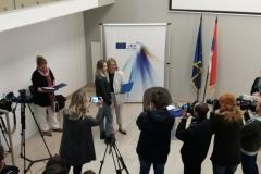 Dodela-diploma-u-EU-info-pointu-Nataša-Kraljik-graf-25-i-zamenica-šefa-delegacije-Matea-Norčić-Štamcar