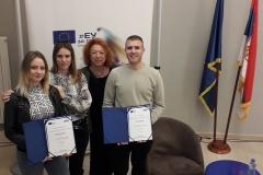 Dodela-diploma-u-EU-info-pointu-nagrađeni-učenici-sa-mentorima